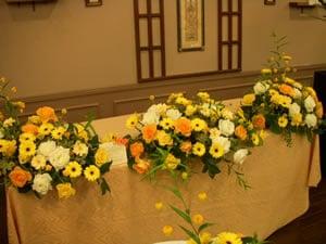 メインテーブルのフラワーアレンジ