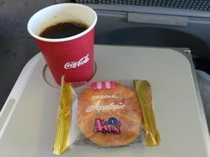 機内ドリンクとお菓子のサービス