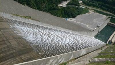 徳山ダムの放流