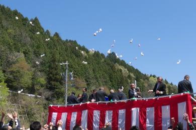 梅谷片山トンネルの開通イベントの餅まき