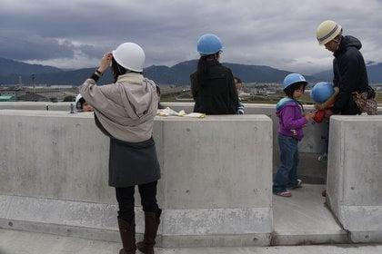 高架橋の避難帯の写真