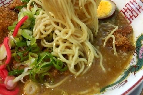 カツカレーラーメンの細麺の写真