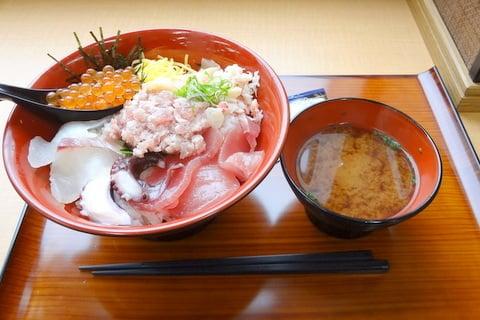 魚太郎亭の海鮮丼の写真