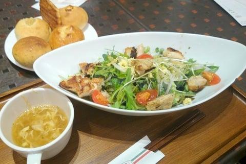グリルチキンのサラダの写真