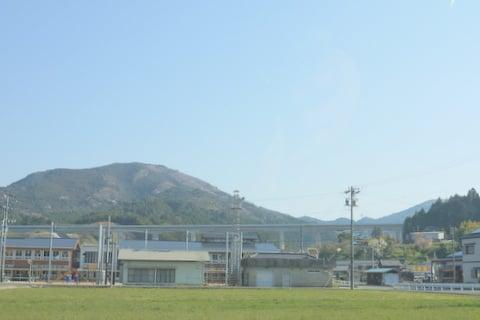 民家の近くを走る新東名の写真