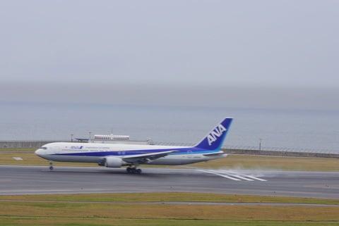 エンジン全開するANA機の写真