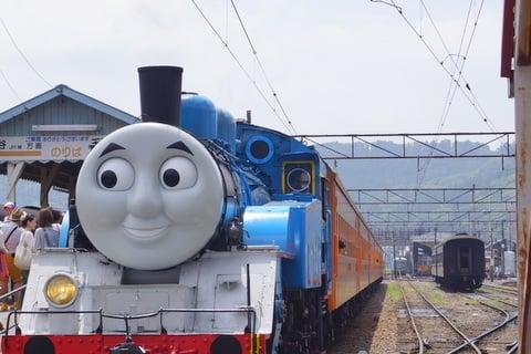 トーマス号と客車の写真