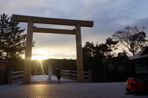 伊勢神宮の鳥居からの日の出の写真