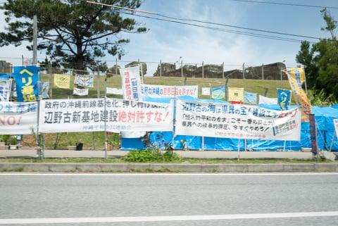 キャンプ・シュワブ前の反対運動の写真