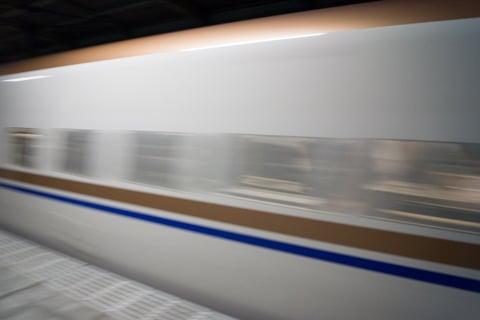 通過する北陸新幹線の写真