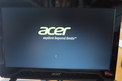 Acer Aspire E11の起動画面の写真