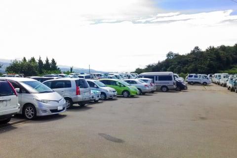 新府共選場の駐車場の写真
