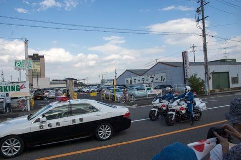 警備のパトカーと白バイの写真