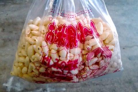 ポン菓子の配布の写真