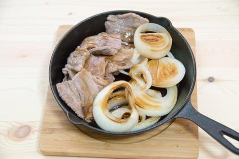 スキレット鍋で鉄板焼き肉の写真