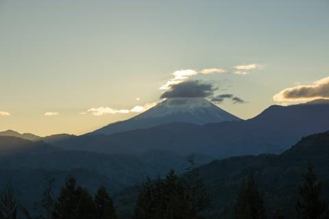 雲がかかる富士山の写真